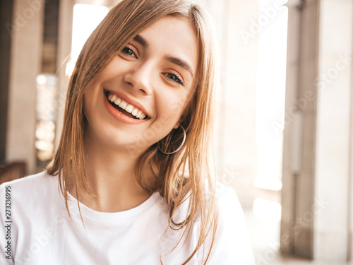 Fotomural  Portrait of beautiful smiling blond model dressed in summer hipster clothes