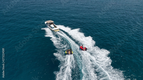 Fotografia Aerial photo of extreme powerboat donut watersports crusing in high speed in tro