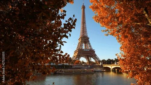 Fotografía  Seine in Paris with Eiffel tower in autumn time