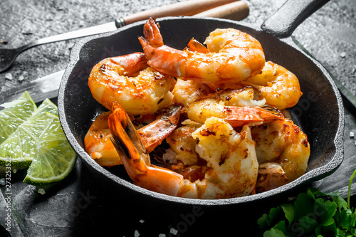 Photo  Fried shrimps in a pan.