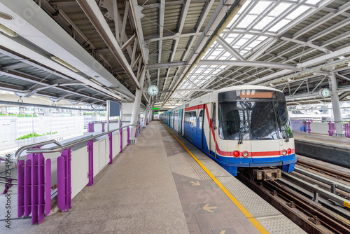 Obraz na plátně  sky train bangkok coming in station for passenger the people