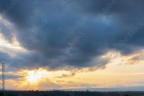La pose en embrasure Coucher Scenic View Of Dramatic Sky