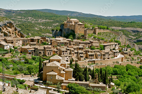 Photo Panoramic view from above on the houses of medieval village Alquezar at daytime