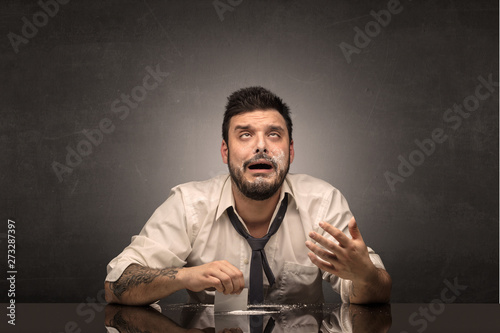 Photo  Young drunk man at his office with free dark copyspace