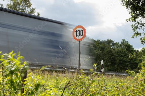 Fotomural Tempo 130, Straßenschild mit LKW, Autobahn