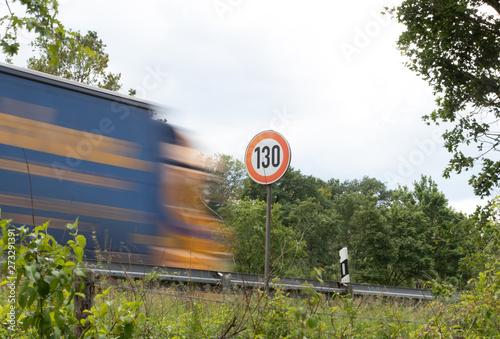 Cuadros en Lienzo Tempo 130, Straßenschild mit LKW, Autobahn