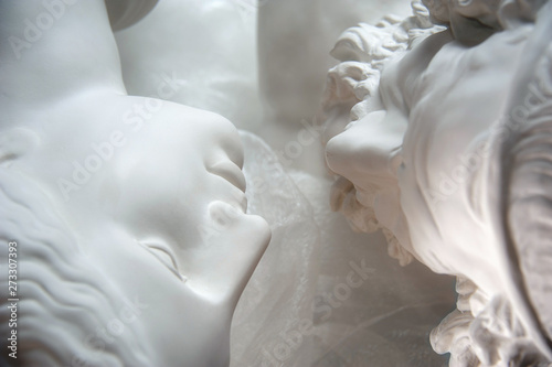 Stampa su Tela Antique statues of woman and man heads close up