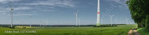 Photo  Landschaft Panorama von mehreren Windkrafträdern und Windkraftanlagen in der Eif
