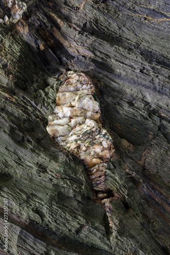 Tela Textura natural da superfície de rocha, onde se podem ver as camadas de rocha e cristais brancos formados ao longo do tempo