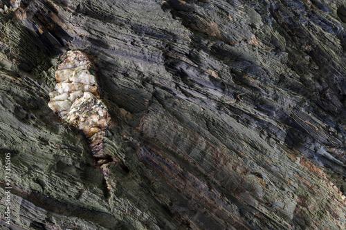 Papel de parede Textura natural da superfície de rocha, onde se podem ver as camadas de rocha e cristais brancos formados ao longo do tempo