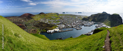 In de dag Noord Europa Panoramic view over Vestmann Islands (south of Iceland) from Heimaey main island viewpoint.