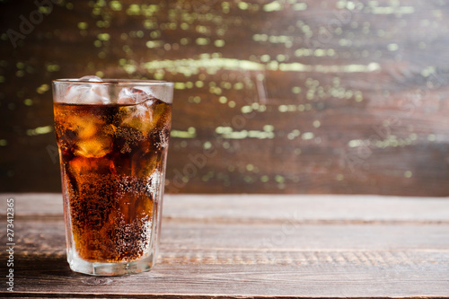 Photo Refreshing cold cherry cola on the wooden background