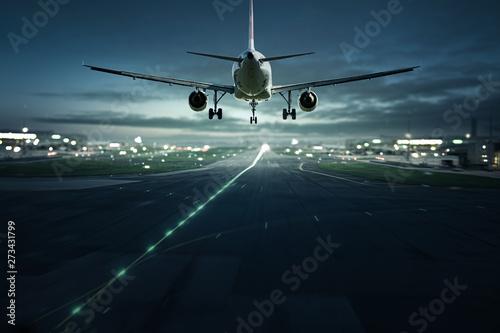 Obraz Flugzeug landet bei Nacht - fototapety do salonu
