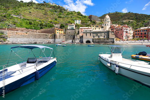 Photographie  View on bay of water with moored boats, country town Vernazza, Cinque Terre, Ita