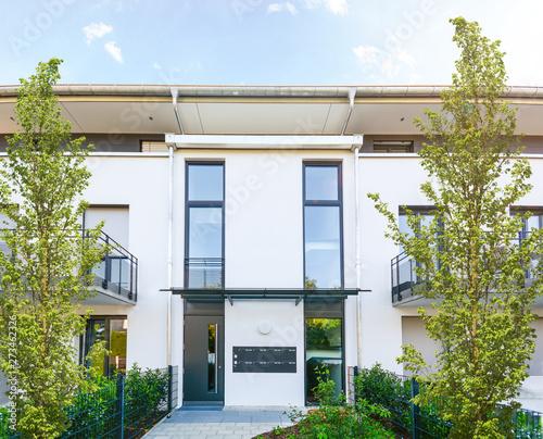 Moderne Neubau Immobilien, Eingang zu Mehrfamilienhaus in neuer Wohnanlage in de Canvas-taulu