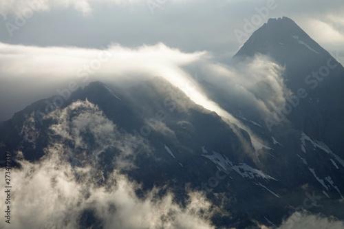 w-gorach-z-widokiem-na-alpy-w-mglisty-poranek-przy-swietle-slonecznym