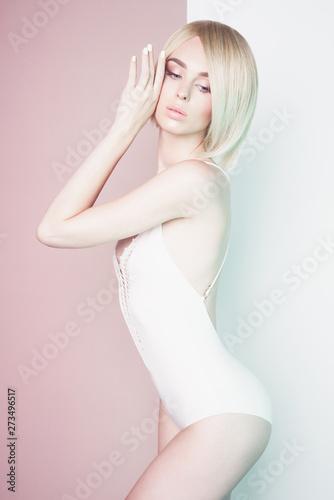 Küchenrückwand aus Glas mit Foto womenART Beautiful sexy blonde. Sensual stylish woman in white bikini.