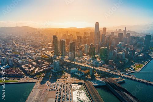 Fototapeta San Francisco  srodmiescie-san-francisco-widok-z-lotu-ptaka-na-drapacze-chmur