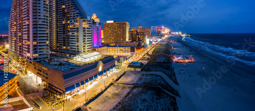 Photo Aerial panorama of Atlantic city along the boardwalk at dusk