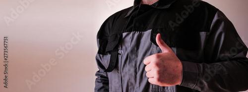 Facharbeiter hält Daumen nach oben - Techniker trägt Arbeitskleidung Canvas Print