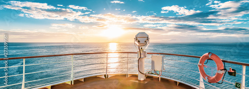 Fototapeten See sonnenuntergang Summer cruise vacation concept. Panoramic view of the sea with a beautiful sunset just above the horizon.