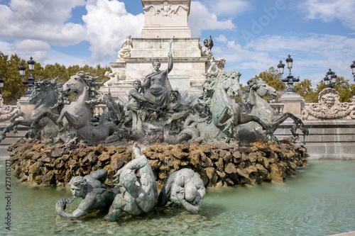 Montage in der Fensternische Fontane Esplanade des Quinconces, fontain of the Monument aux Girondins in Bordeaux. France
