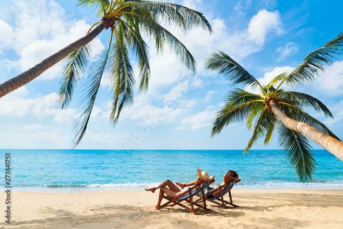 Fond de hotte en verre imprimé Detente Couple relax on the beach enjoying beautiful sea on the tropical island