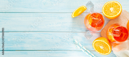 Fotografía  Aperol and ingredients drinks on wood background, copy space