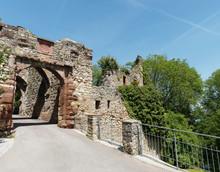 Château De Rhotelin (Rötteln) à Lörrach. Entrée Du Château Par Le Pont.