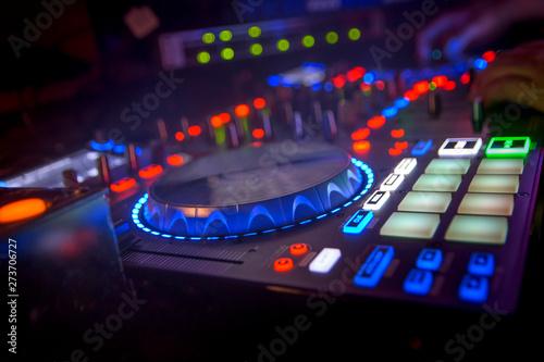 dj mesa de mezclas con platos efecto de ondas luces de colores fiesta Canvas Print