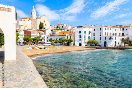 Poster de jardin Europe Méditérranéenne White houses and blue sea in Cadaques port with church and beach, Costa Brava, Spain