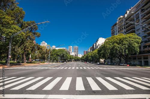 Fotografia Pedestrian crossing over Av