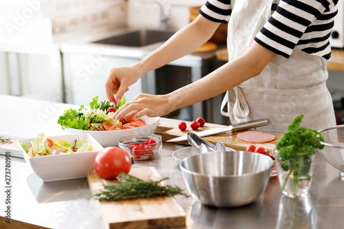 Keuken foto achterwand Kruidenierswinkel キッチン 女性