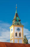 Kirche mit Turmuhr in München Freiham, Wahrzeichen Münchner Westen