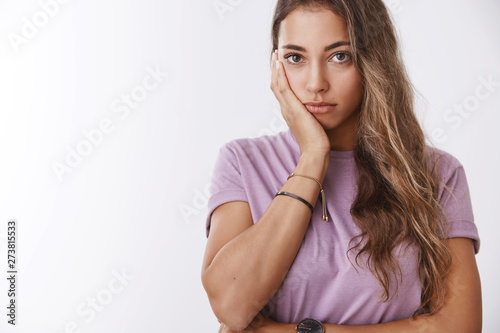 Photo Close-up shot bored irritated attractive young woman fed up fighting acne bad sk
