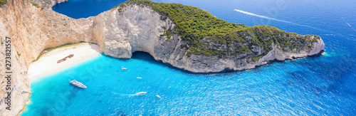 Photo Panorama des berühmten Navagio Schiffswrack Strandes auf Zakynthos mit blauem Me