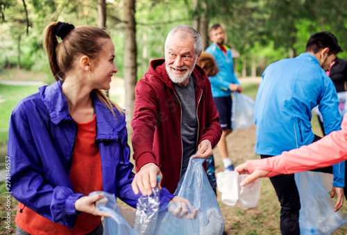 Photographie  Group of fit people picking up litter in nature, a plogging concept