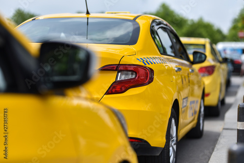 Foto auf Leinwand row of yellow cars taxi service