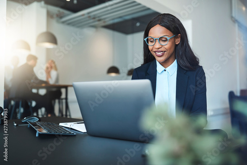 Fotografía  Smiling African American businesswoman working online at her off