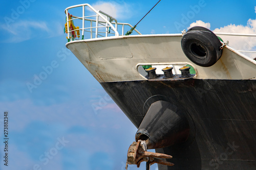 The ship's prow on a background of blue sky Fotobehang