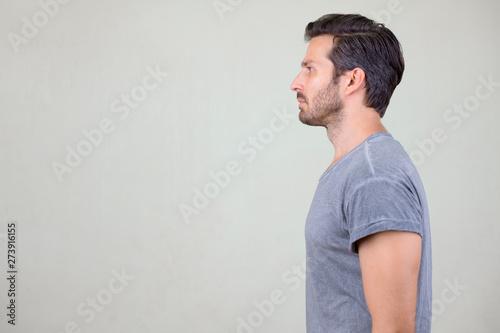 Photo  Studio shot profile view of handsome bearded man