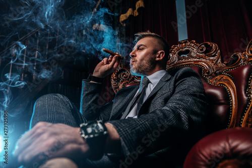 Fotomural  cigar smoking in evening