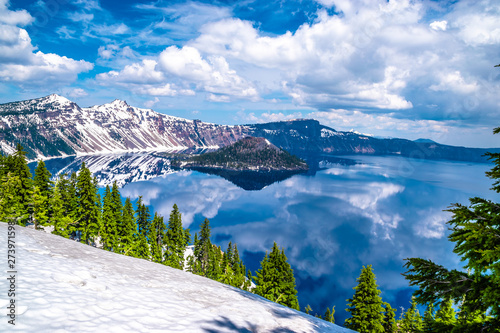 Obraz Beautiful Morning Hike Around Crater Lake in Crater National Park in Oregon - fototapety do salonu