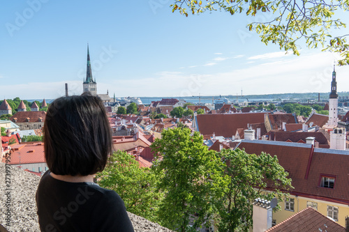 Canvas A woman (back view) enjoying a view of Tallinn Old Town, Estonia from the Trompe