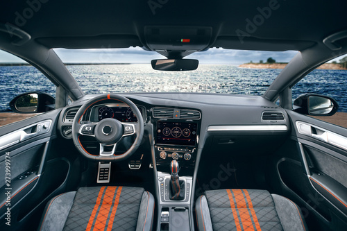 Photo  Beautiful view on river at evening from modern car saloon