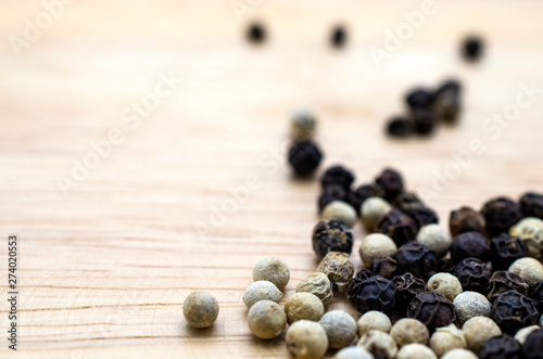 Pinturas sobre lienzo  White-black pepper on a wooden plate