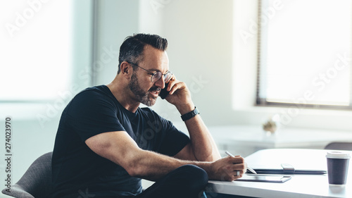 Fotomural  Businessman busy working in office