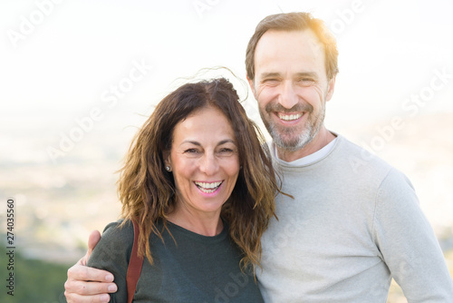Photo  Romantic couple smiling and cuddling on a sunny day
