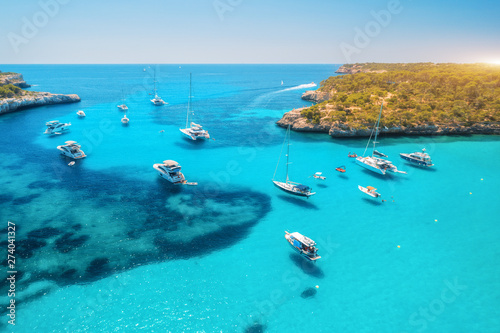 Foto auf AluDibond Turkis Aerial view of boats and luxury yachts in transparent sea at sunny day in summer in Mallorca, Spain. Colorful landscape with bay, azure water, green trees, blue sky. Balearic islands. Top view. Travel