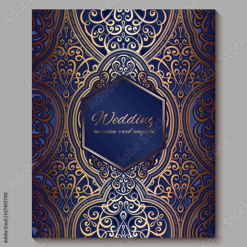 Fotografia Wedding invitation card with gold shiny eastern and baroque rich foliage